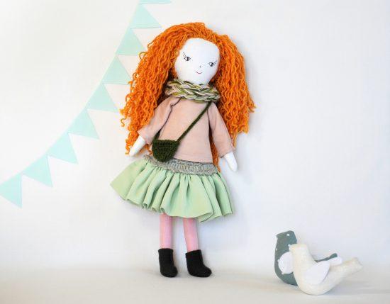 41 cm ūgio lėlė dėvi visus nurengiamus drabužius: palaidinė, sijonas, šalikas, rankinė, batai