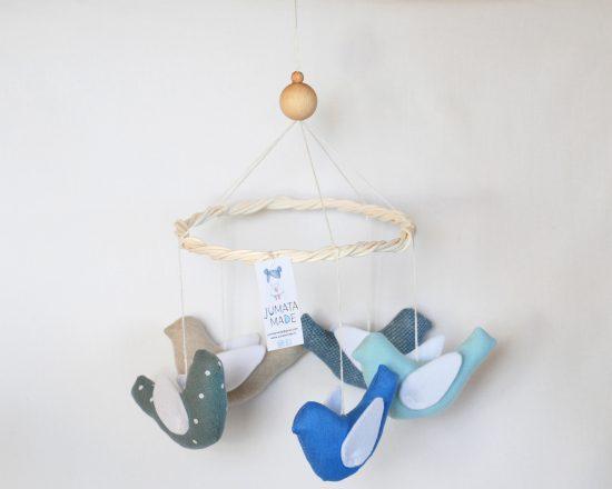 Karuselės paukščiukų spalvos: keturi melsvi ir vienas šviesiai pilkas
