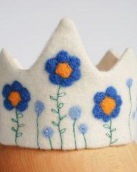 Rankų darbo karūna mergaitei su mėlynomis gėlėmis