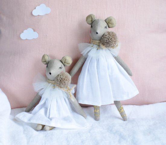 26 cm pelė balerina dėvi baltą minkštinto lino nurengiamą suknelę